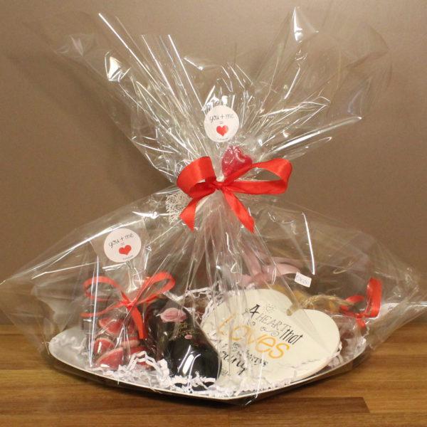 Valentijn cadeaupakket schotel hartvormig cava delicatessen