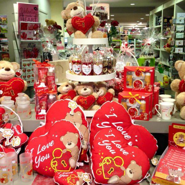Valentijn cadeautjes zeep tas glas kussen knuffel snoeppot